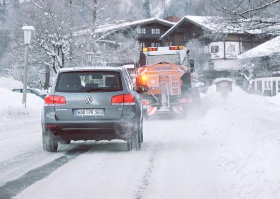 Ausreichend Abstand zu Streufahrzeugen halten