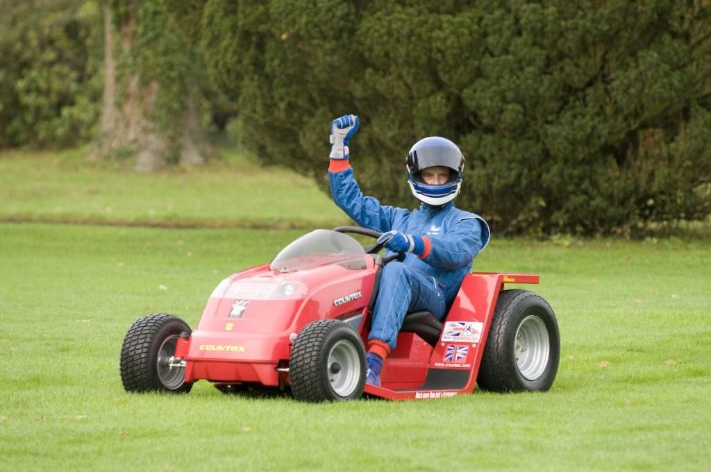 Der Versuch: Einen Rasenmäher bauen, der nicht nur seinen Zweck erfüllt, sondern auch noch 160 km/h schnell ist          http://www.projectrunningblade.co.uk