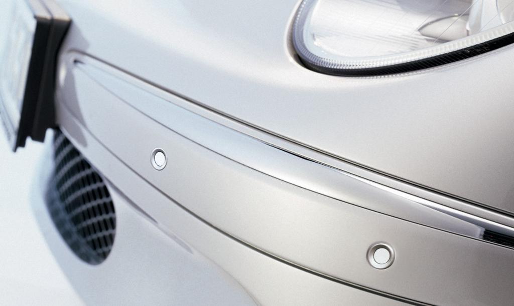 Die Sensoren mit besonders kleinem Gehäuse können in Wagenfarbe lackiert werden und lassen sich so unauffällig in die Stoßstange integrieren.