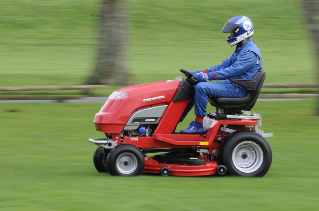So macht Rasen mähen Spaß!          http://www.projectrunningblade.co.uk