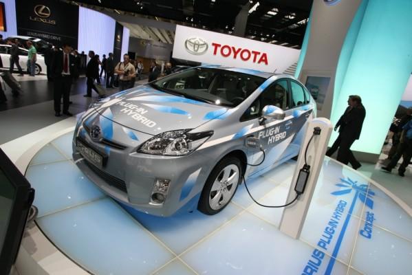 Studie Elektromobilität: Hersteller müssen Mittelweg finden