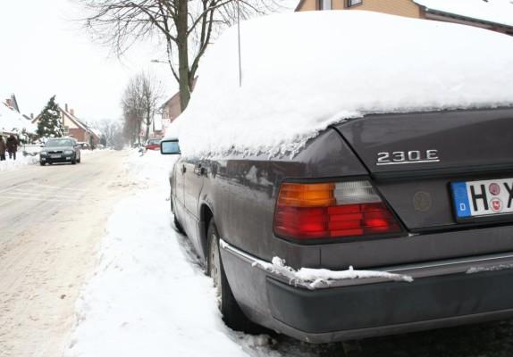 Zugeschneite Autodächer und Scheinwerfer sind gefährlich