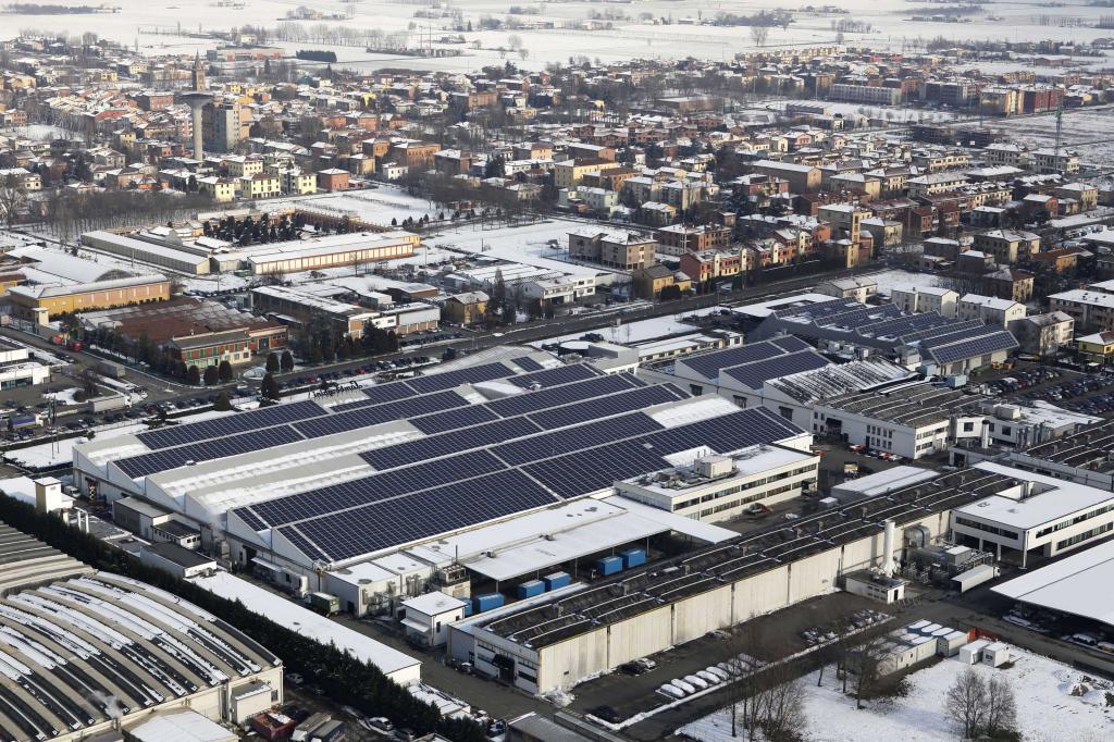 Über den Dächern von Sant Agata Bolognese. Dominant das Solarkraftwerk Lamborghinis.