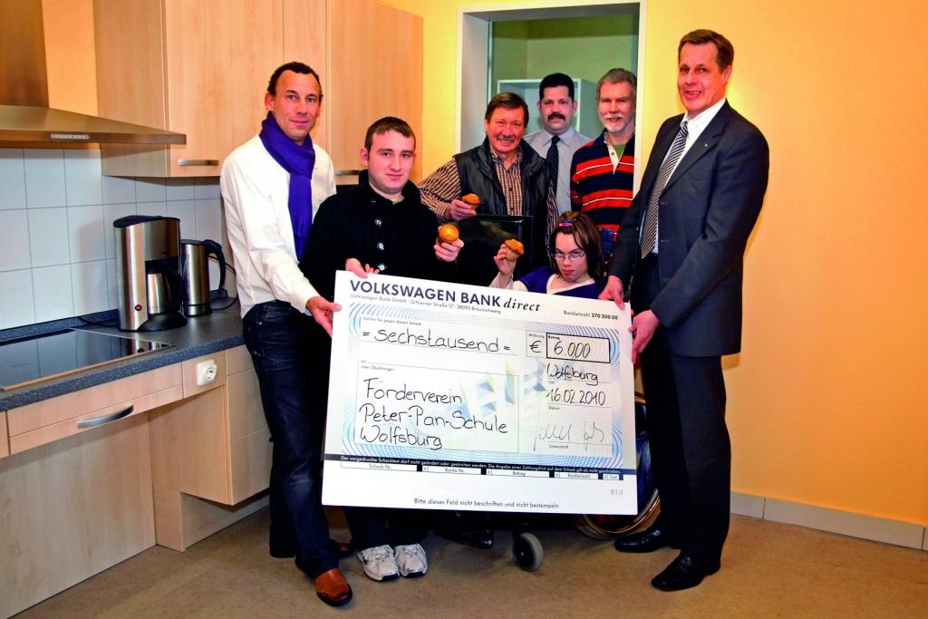 6000 Euro-Spende für Förderverein der Peter-Pan-Schule