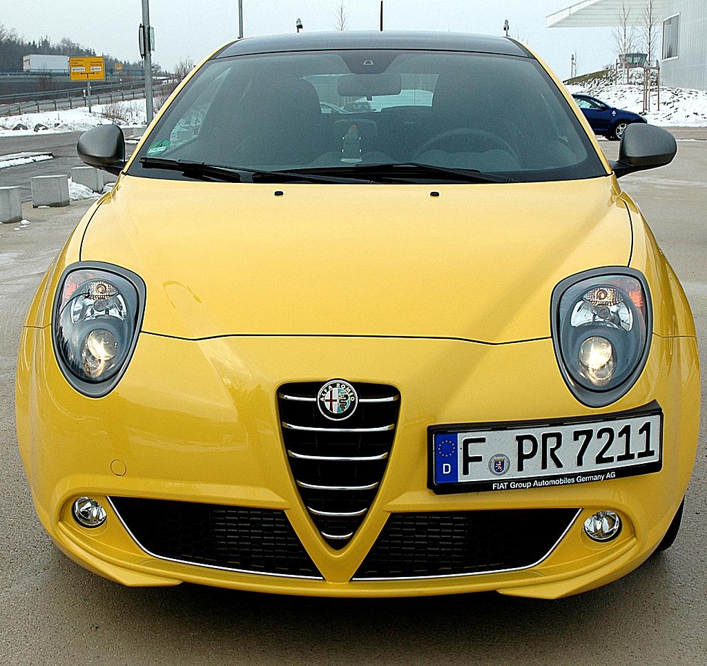 Alfa Romeo Mito Quadrifoglio Verde: Front mit seitlich versetztem Kennzeichen.