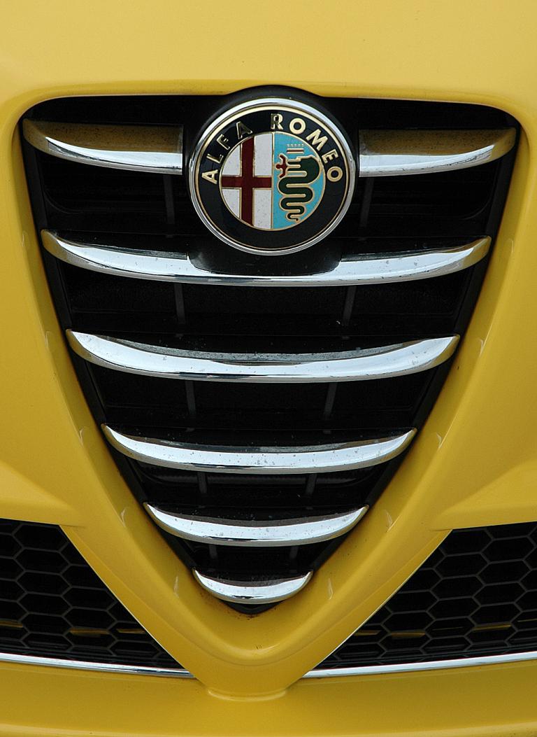 Alfa Romeo Mito Quadrifoglio Verde: Kühlergrill mit Alfa-Emblem.