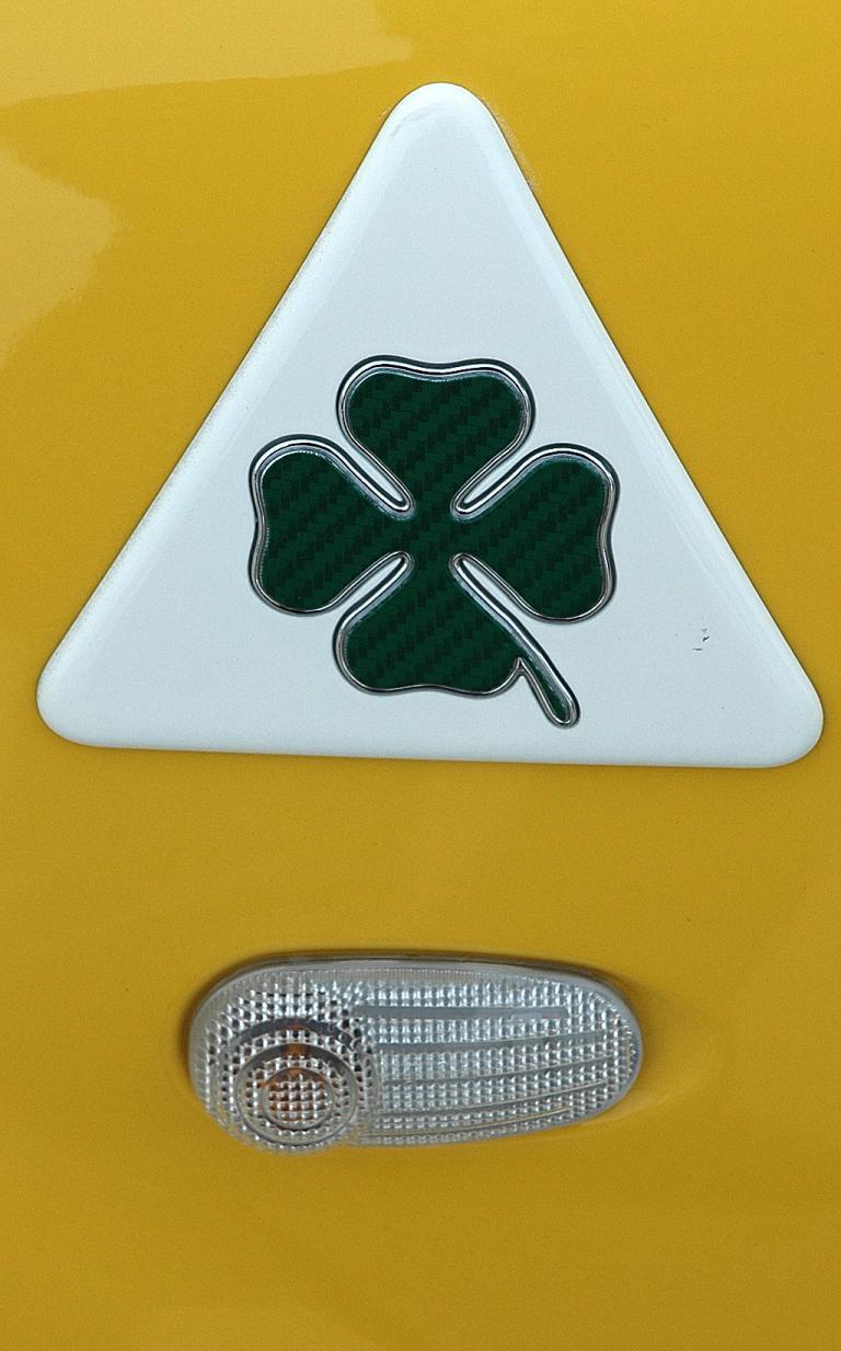 Alfa Romeo Mito Quadrifoglio Verde: Kleeblatt-Logo an der Seite.