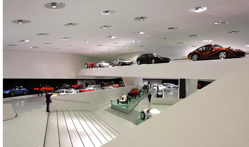 Blick ins Innere mit der Ausstellung im zweiten Obergeschoss.