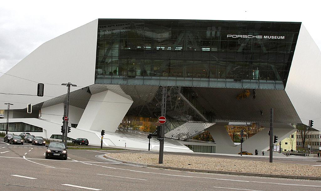 Das Porsche-Museum steht direkt sich am Porscheplatz in Zuffenhausen.