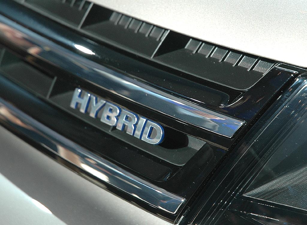 Der Schriftzug deutet die Kombination aus Verbrennungs- und Elektromotor an.
