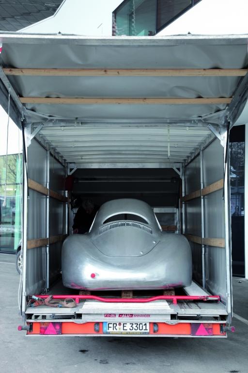 """Der Typ 64 verläßt das Porsche-Museum für die Ausstellung im """"High Museum of Art"""" in Atlanta."""
