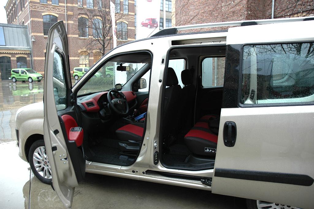 Fiat Doblò: Die seitlichen Schiebetüren hinten sind Standard.