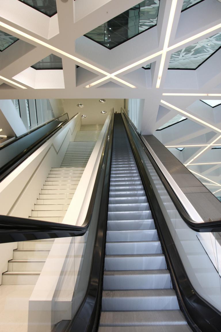 Futuristisches Inneres: Rolltreppen verbinden die einzelnen Etagen.