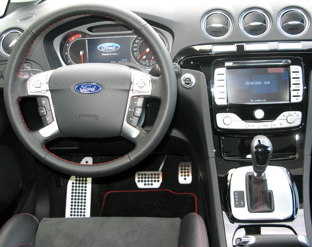 Im Cockpit geht es funktionell-sportlich zu, auch die Sportsitze gehören dazu.