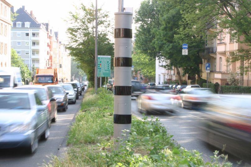 Leicht zu übersehen - der PoliScan Speed-Blitzer - Foto: ADAC