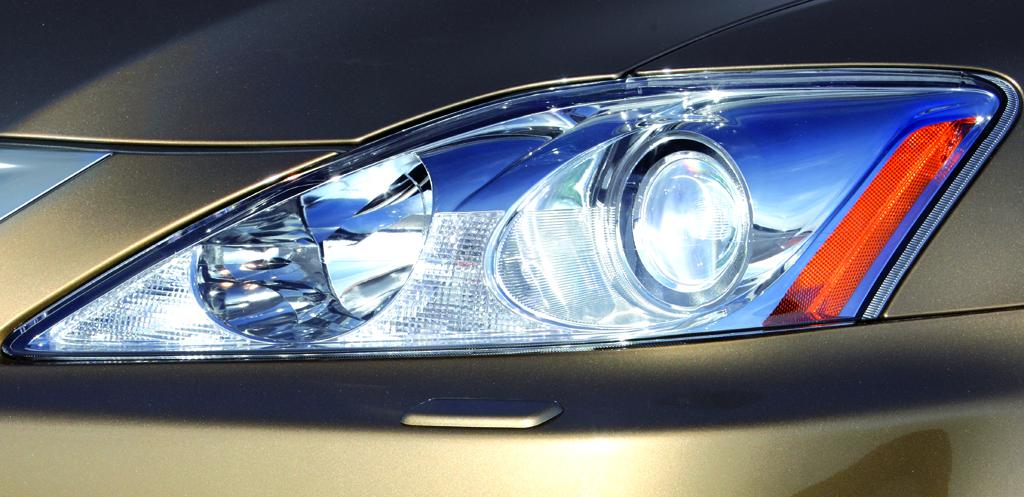 Lexus IS: Blick auf vordere Leuchteinheit.