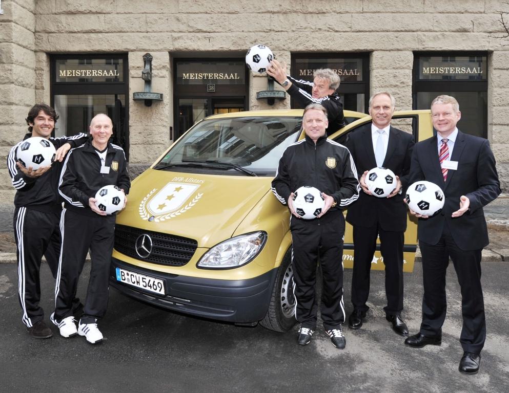 Mercedes-Benz Transporter ruft zum Fußballwettbewerb auf