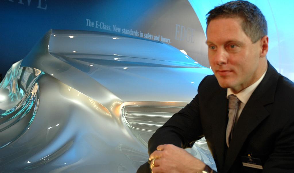 Mercedes-Design: Chefdesigner Wagener vor Mercedes-Skulptur am Stand der Schwaben zuletzt bei der Autoschau in Detroit.