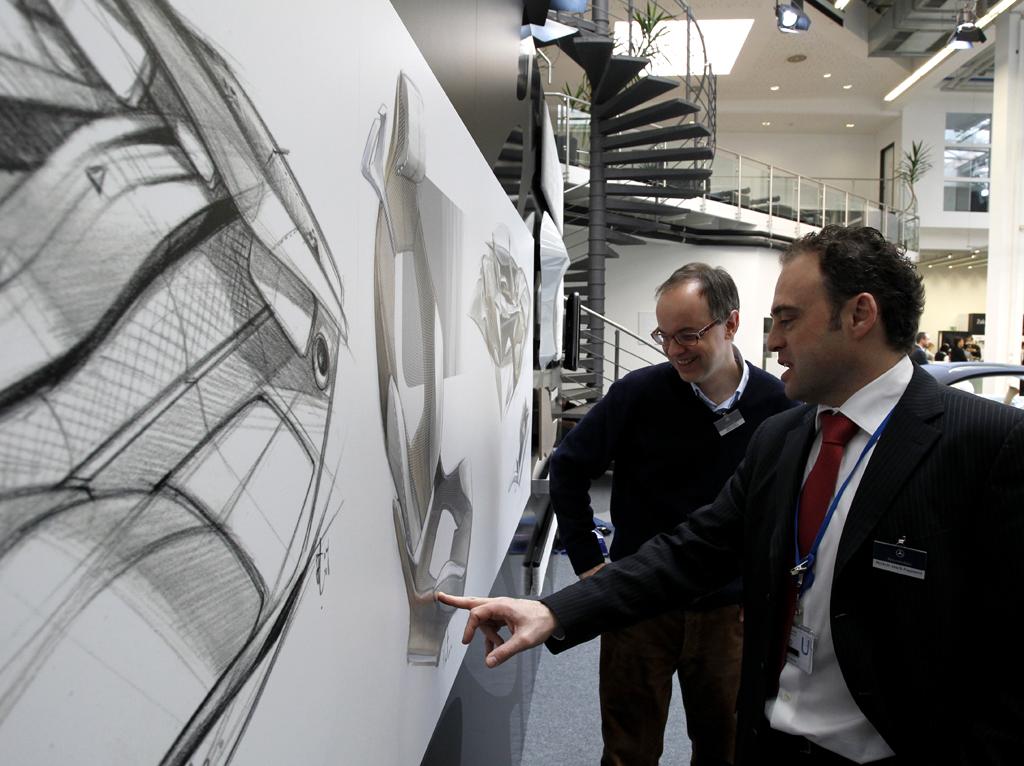 Mercedes-Design: Fachgespräch über die Skizzen-Entwürfe.