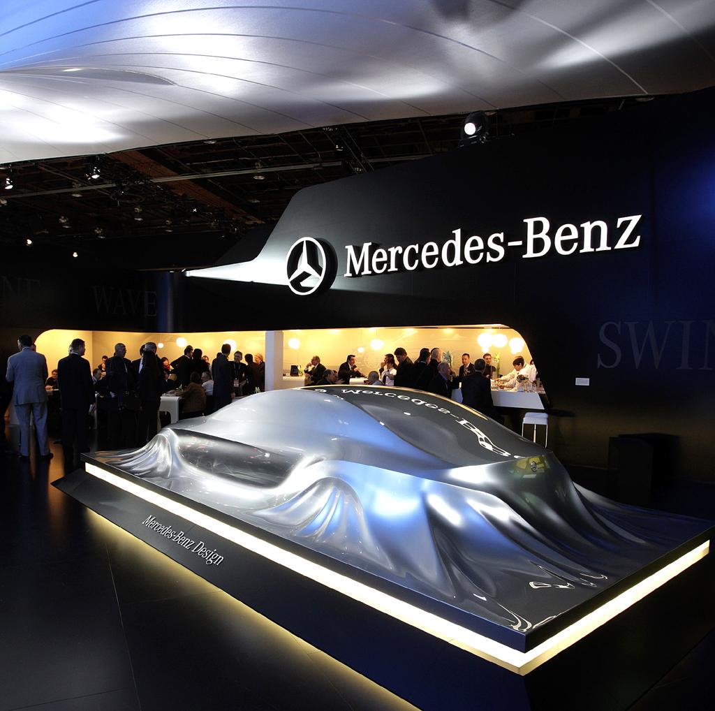 Mercedes-Design: Mercedes-Stand mit Mercedes-Skulptur in Detroit.