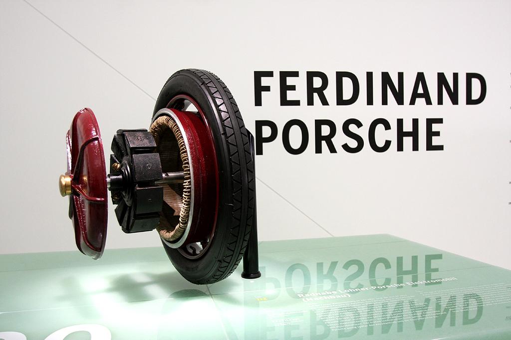 Mit ihm fing alles an: Ferdinand Porsche und eine seiner Entwicklungen.