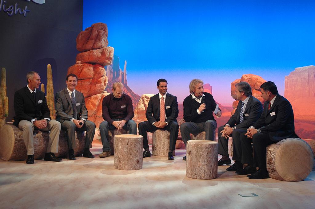 Moderator Gottschalk mit den drei erstplatzierten VW-Teams der Rallye Dakar 2010 ...