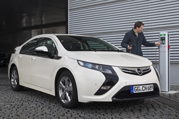 Opels Ampera stromert Richtung Genf