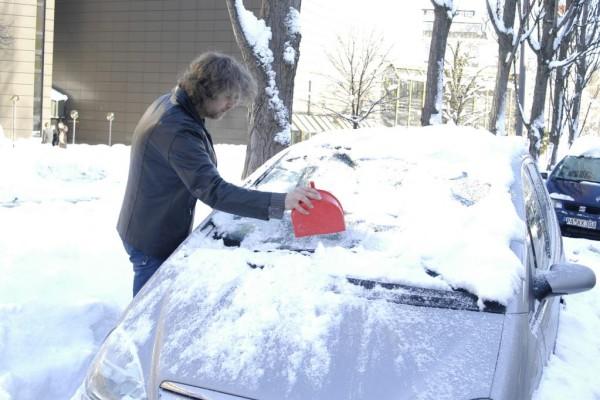 Schnee auf dem Auto ist teuer