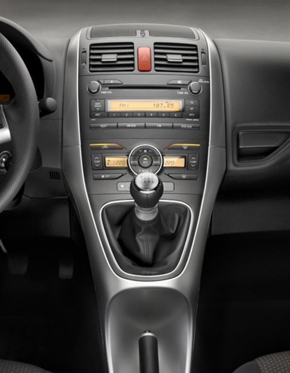 Toyotas neuer Auris: Blick auf Mittelkonsole mit Schalthebel.