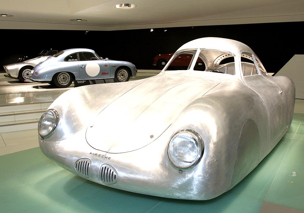 Typ-64-Exponat im Ausstellungsbereich des Museums.