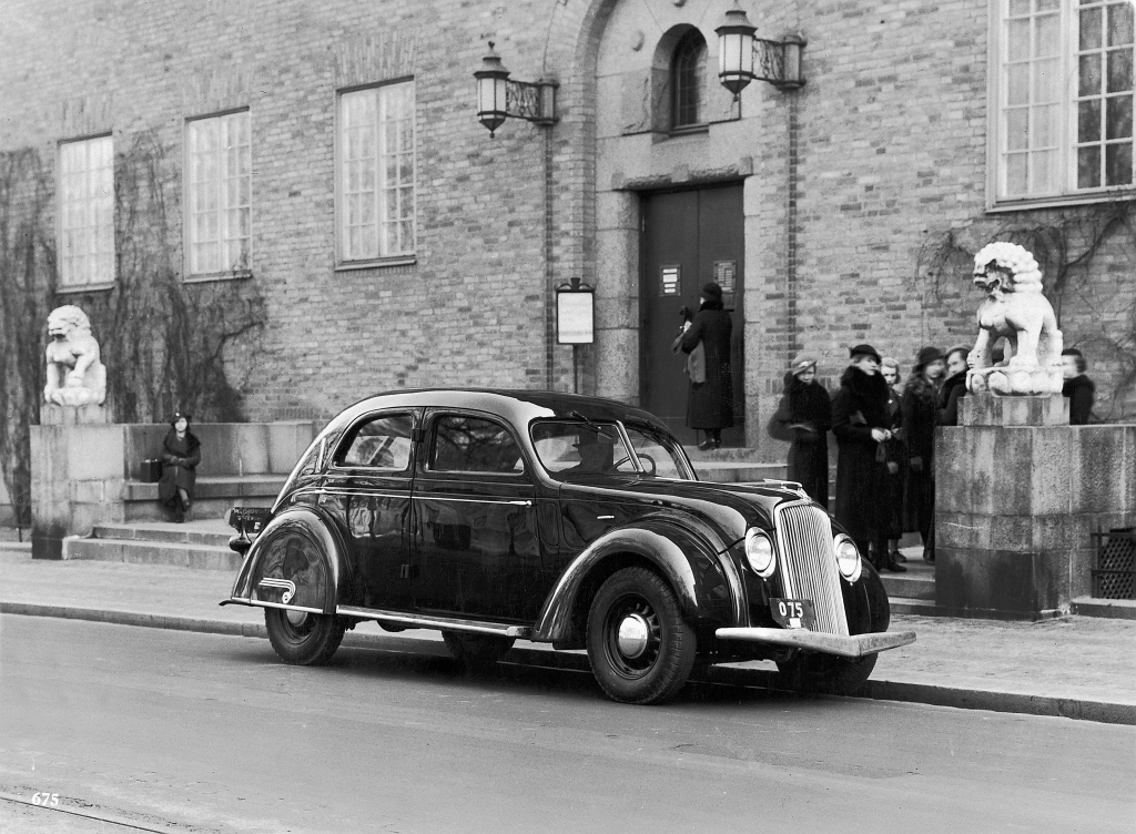 "Volvo PV36 Carioca (1935). Der ""Stromlinien"" Volvo vor dem Röhsska Design-Museum in Göteborg."