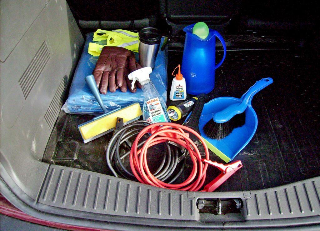 Wer im Kofferraum ein Starthilfekabel findet, wenn er in Batterie-Not gerät, ist klar im Vorteil.