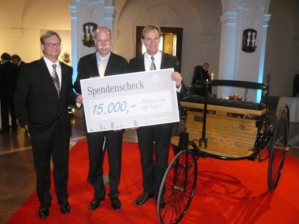 Übergabe des Schecks an die Stiftung Not leidender Kinder in Leipzig