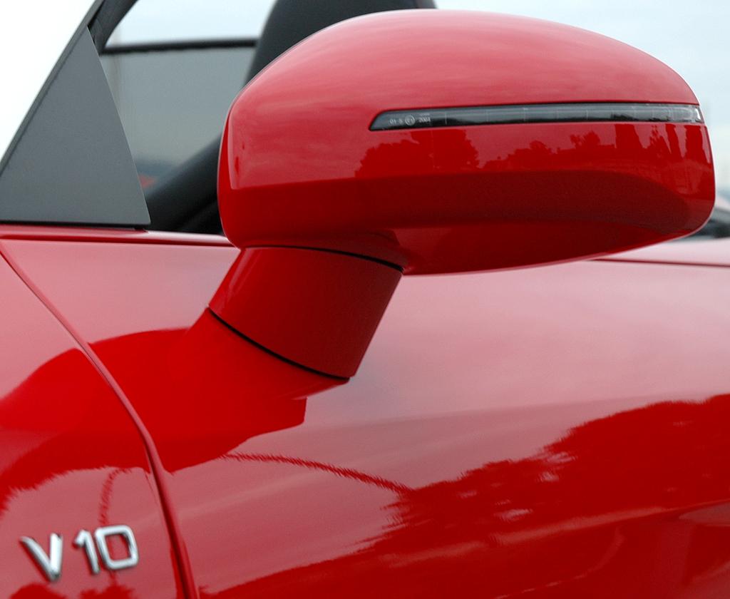 Audis neuer R8 Spyder: Außenspiegel mit V10-Schriftzug.