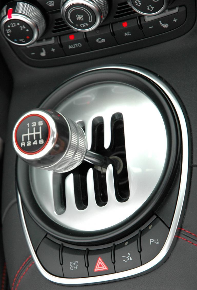 Audis neuer R8 Spyder: Kulissen-Schalthebel für das Sechsgang-Getriebe.