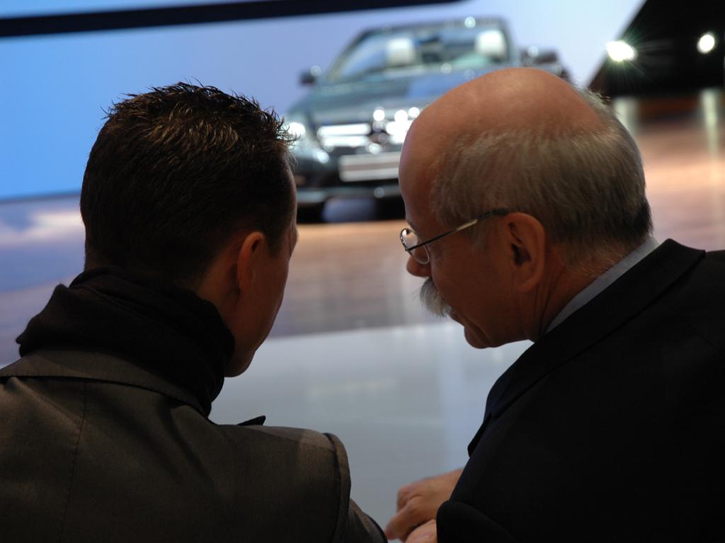 Daimler/Mercedes-Chef Zetsche (rechts) im Gespräch mit Formel-1-Pilot Michael Schumacher beim Autosalon in Genf.