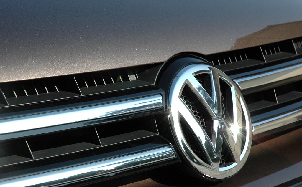 Der neue VW-Touareg: Frontgrill mit Markenlogo in der Mitte.