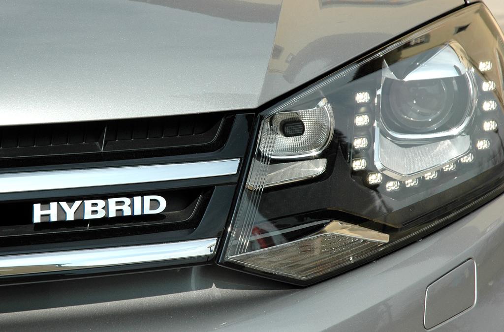 Der neue VW-Touareg fährt auch als erster VW-Hybrid vor.