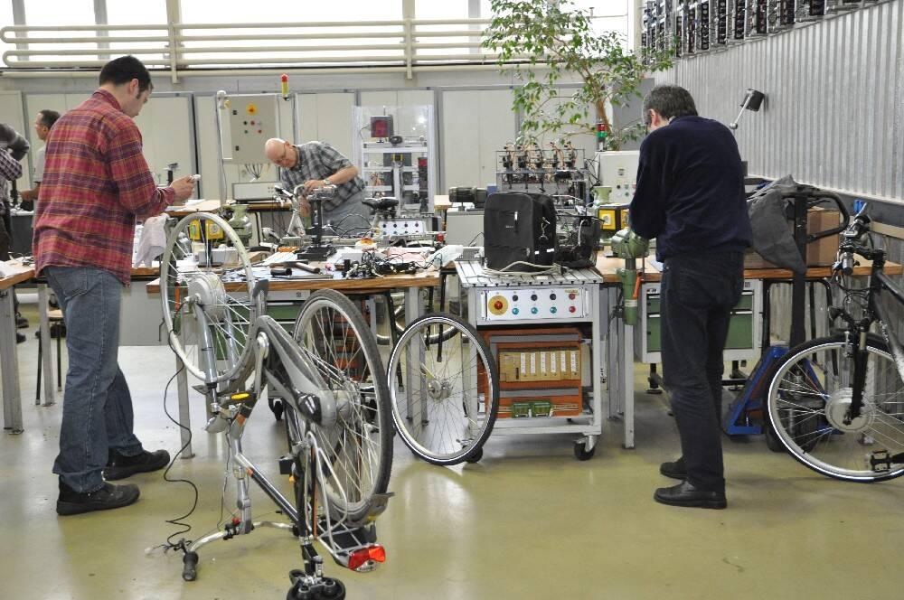 Hier wird Hand angelegt und aus dem gewöhnlichen Drahtesel ein Elektro-Bike.