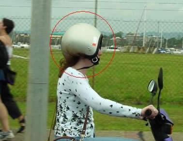 Keine Überraschung: Frauen fahren sicherer. Bild gefunden: http://www.weboddities.de/kokolores/frau-am-steuerungeheuer/