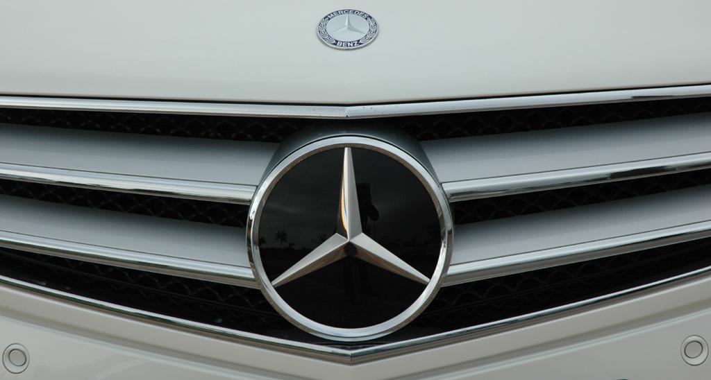 Mercedes E-Klasse Cabrio: Kühlergrill mit Stern in der Mitte.