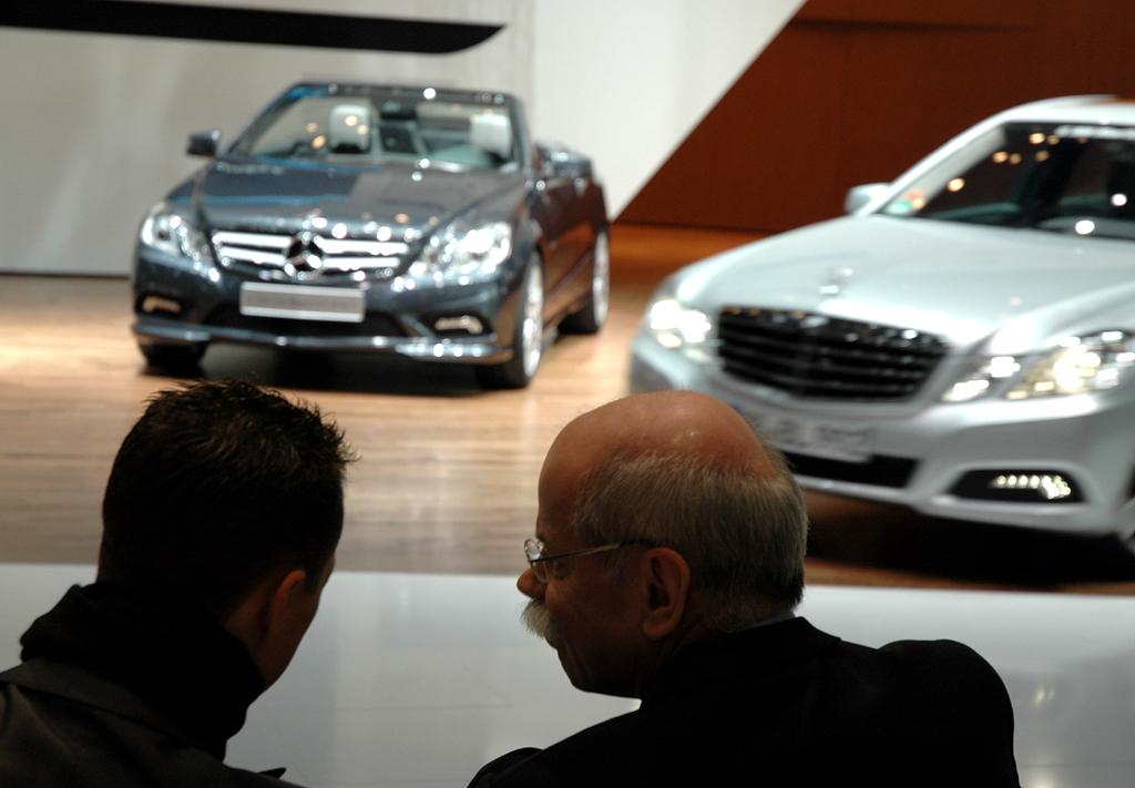 Mercedes beim Autosalon 2010 in Genf: Daimler/Mercedes-Chef Zetsche (rechts) im Gespräch mit Teampilot Schumacher.