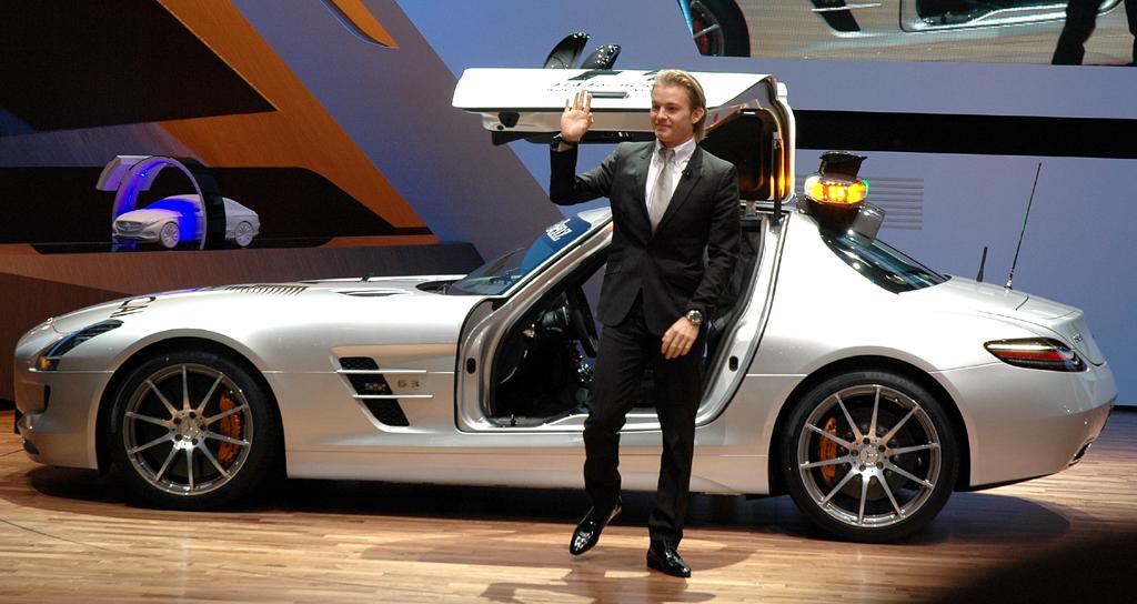 Mercedes beim Autosalon 2010 in Genf: Pilot Rosberg, gerade aus dem neuen SLS-Safety-Car ausgestiegen.