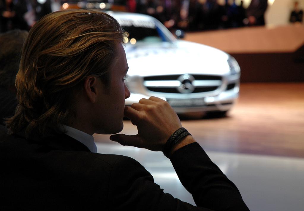Mercedes beim Autosalon 2010 in Genf: Pilot Rosberg vor neuem SLS-Safety-Car.