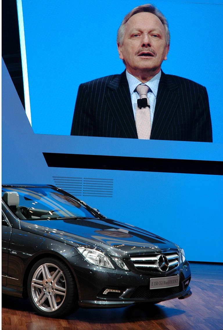 Mercedes beim Autosalon 2010 in Genf: Vertriebs- und Marketing-Chef Schmidt beim Vorstellen des neuen E-Klasse-Cabrios.
