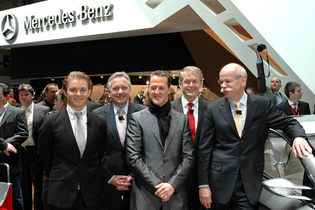 Mercedes beim Autosalon 2010 in Genf: (von links) Pilot Rosberg, Vertriebs- und Marketing-Chef Schmidt, Pilot Schumacher, Forschungs- und Entwicklungsvorstand Weber, Daimler/Mercedes-Chef Zetsche nach der Präsentation.