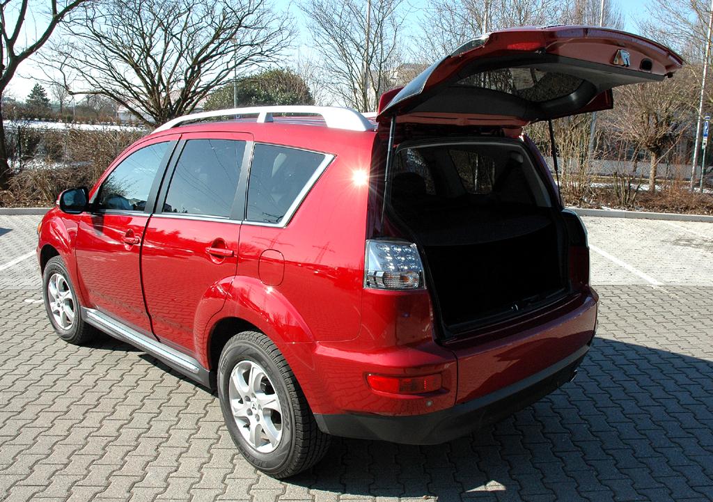 Mitsubishis aktualisierter Outlander: Heck mit geöffneter Kofferraumklappe.