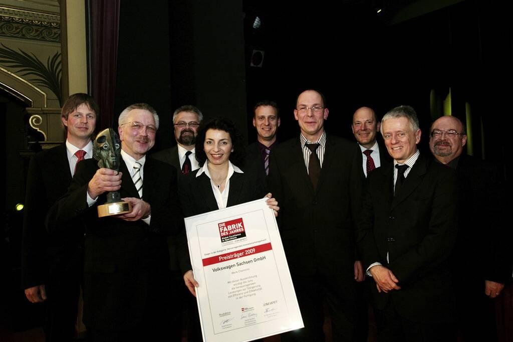 Motorenwerk Chemnitz: Heinrich Nottbohm (2.v.li.), Leiter des Motorenwerkes, und Rene Utoff (4.v.re.) nahmen den Preis für die Belegschaft entgegen.