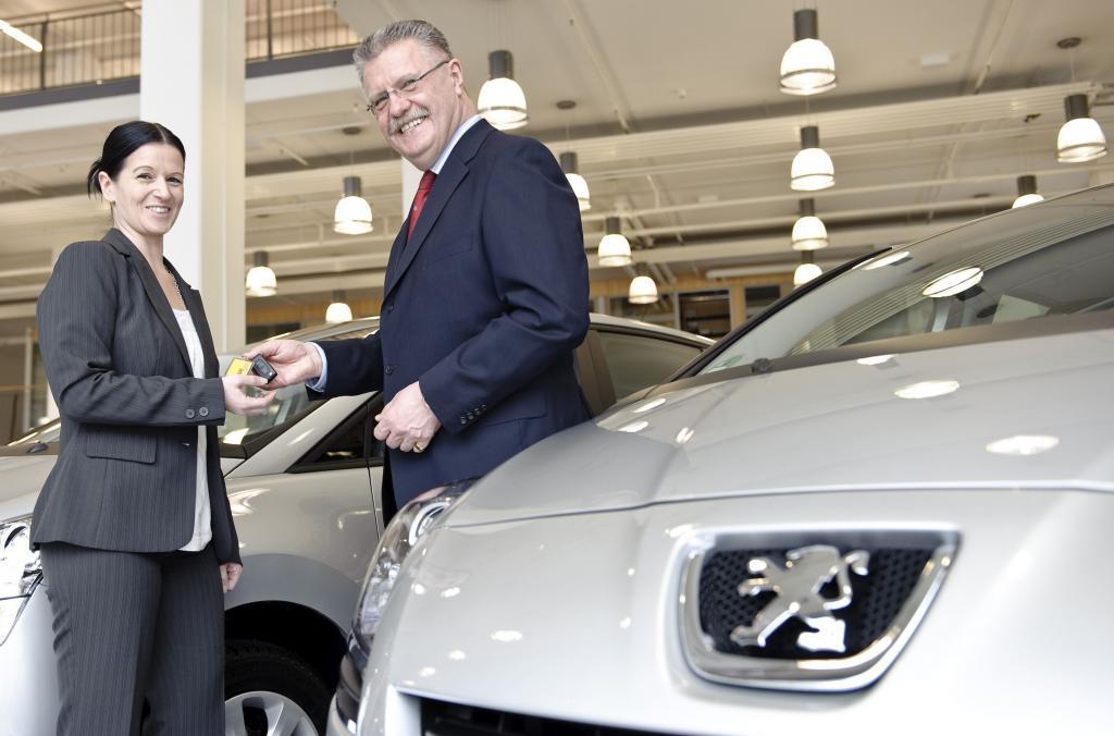 Norbert Kuhnlein (Direktor Vertrieb und Marketing Peugeot Bank) übergab die ersten Fahrzeuge an Michaela Pompe (Leitung ADAC-Club-Mobil).