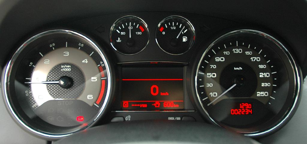 Peugeots neues RCZ-Sportcoupé: Blick auf Rundinstrumente.